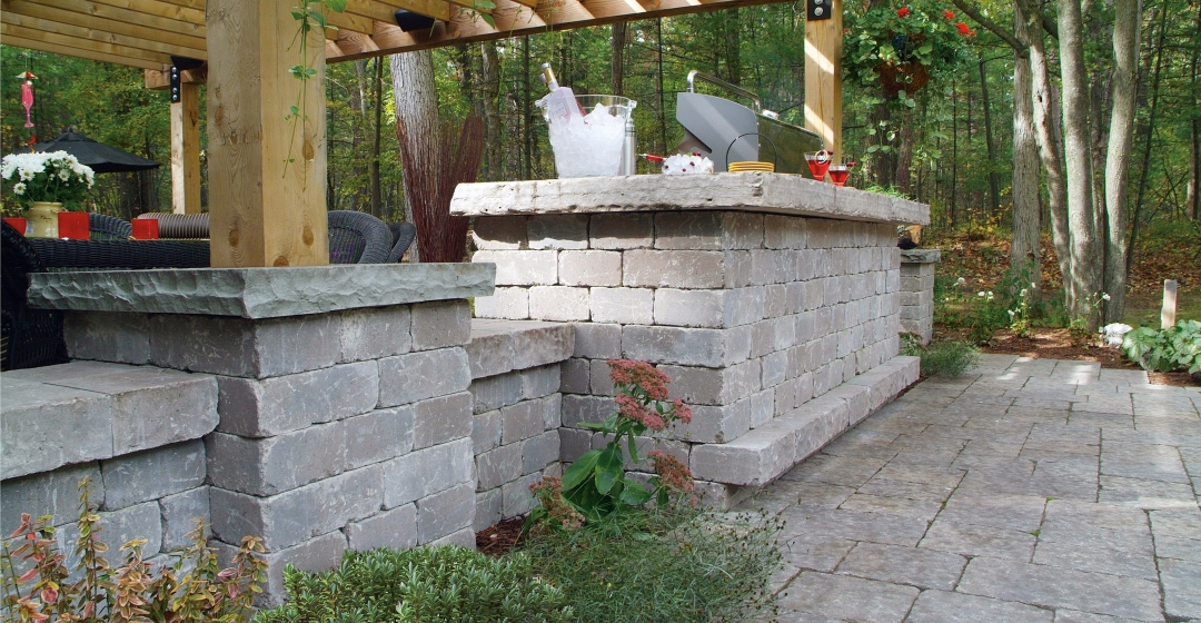 Outdoor kitchen and patio using Castlerok 2 and Centurion products from Brampton Brick