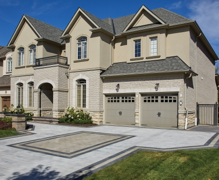 House with driveway and pillars using Presidio, Castlerok 2 and Legacy Series products from Brampton Brick
